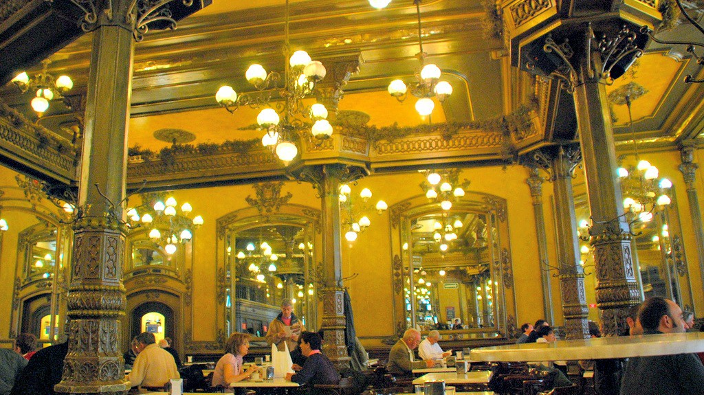 Interior del Café Iruña, Pamplona - Turismo en Navarra