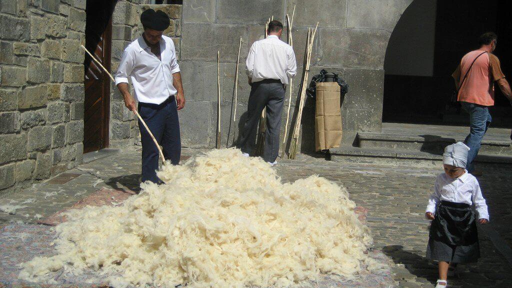 Vareando lana, Orhipean, Oficios y Tradiciones, Ochagavía :: Disfruta Navarra, Turismo en Navarra